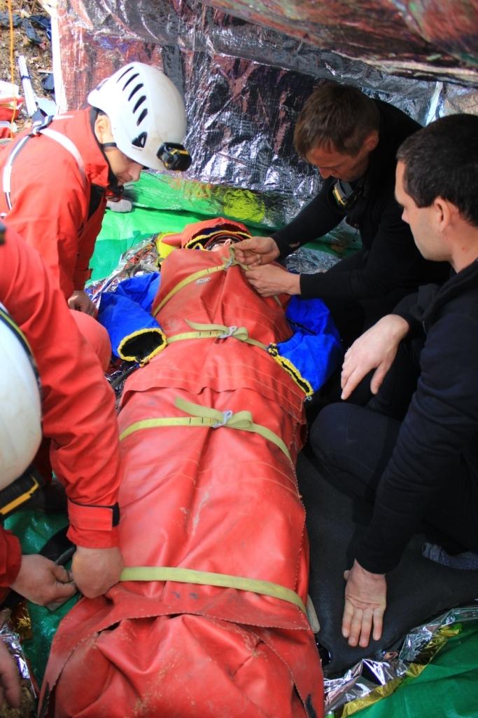 pacient připravený na transport v nosítkách