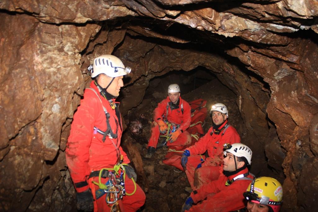 záchranná skupina v podzemí